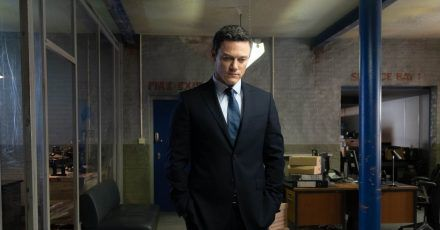Superintendent Steve Wilkins (Luke Evans) arbeitet sich an zwei ungelösten Doppelmorden ab.