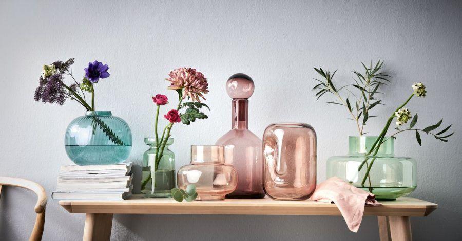 Nur einzelne Blüten in Vasen zu stellen liegt im Trend - so kann man sie besser im Detail betrachten. Schön wirkt das in einem Arrangement aus verschiedenen Vasen und Gefäßen, hier ein Beispiel von Butlers.