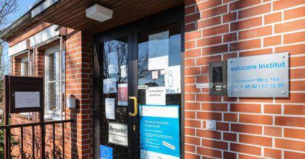 Ein Zettel an der Eingangstür informiert über die vorübergehende Schließung einer Sprachschule in schleswig-holsteinischen Mölln.