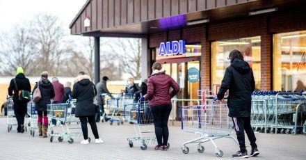 Zahlreiche Kunden warten auf die Öffnung einer Filiale von Aldi in Hannover. Der Discounter bietet nun Corona-Schnelltests zu Verkauf an.