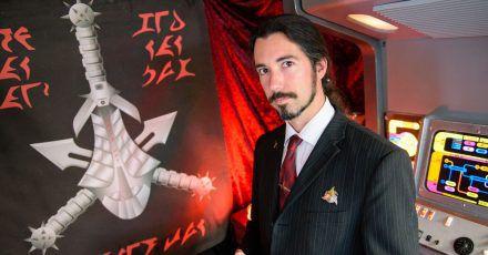 Der Klingonisch-Lehrer Lieven L. Litaer in seinem Haus in Dudweiler (Saarland),