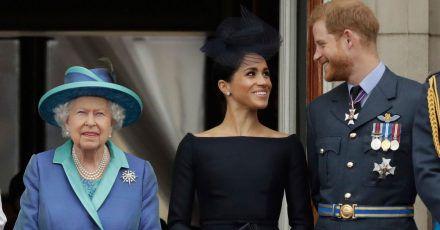 Die britische Königin Elizabeth II. (l.), ihr Enkel Prinz Harry und seine Frau Herzogin Meghan (2018).