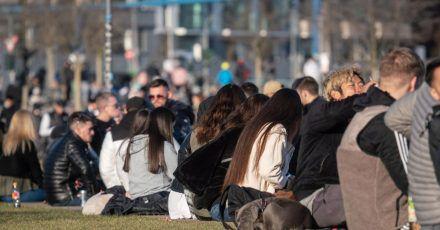 Meist jüngere Menschen sitzen am vergangenen Wochenende im Frankfurter Hafenpark. Das frühlingshafte Wetter hat auch an diesemWochenende erneut viele Menschen ins Freie gelockt.
