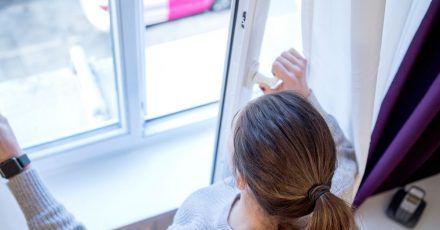 Um Schimmelbildung zu verhindern, lüftet man am besten regelmäßig und stoßweise.