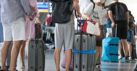 Urlaubsreisen sind bei den Bundesbürgern immer noch sehr begehrt. Doch mit der konkreten Planung halten sich viele noch zurück.
