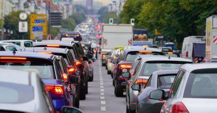 Berufsverkehr in Berlin: Werde die Autofahrer nachEnde der Pandemie wieder so häufig im Stau stehnm wie früher?