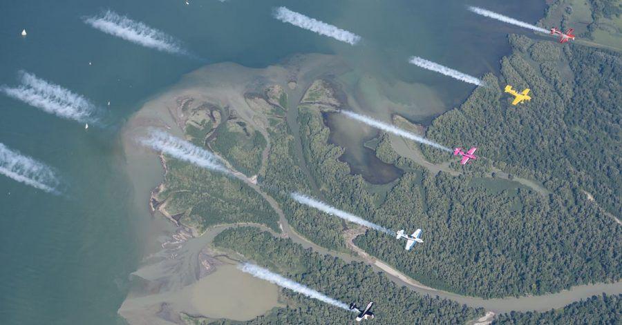 Die Kleinflugzeuge fliegen parallel. Die Piloten müssen präzise in einem Abstand von 20 bis 30 Metern fliegen und das bei einer Geschwindigkeit von knapp 200 Stundenkilometern.