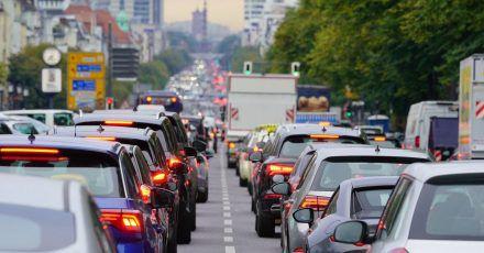 Autos stauen sich im Berufsverkehr auf dem Berliner Kaiserdamm stadteinwärts. Die Berliner haben im vergangenen Jahr weniger Zeit im Stau verbracht als zuvor.