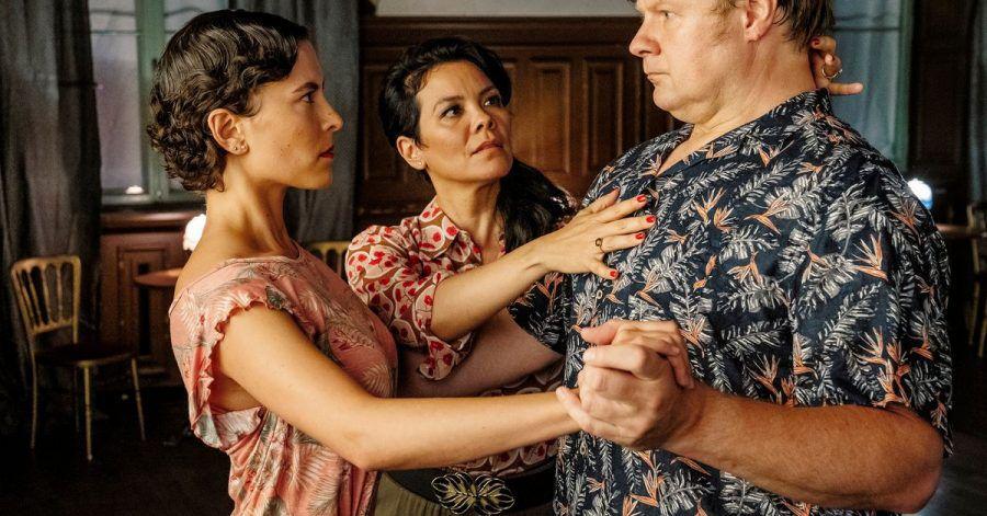 Maresa (Kara Wenham, m.) überprüft die Tangohaltung bei Frank (Michael A. Grimm) und Julia (Amanda da Gloria).
