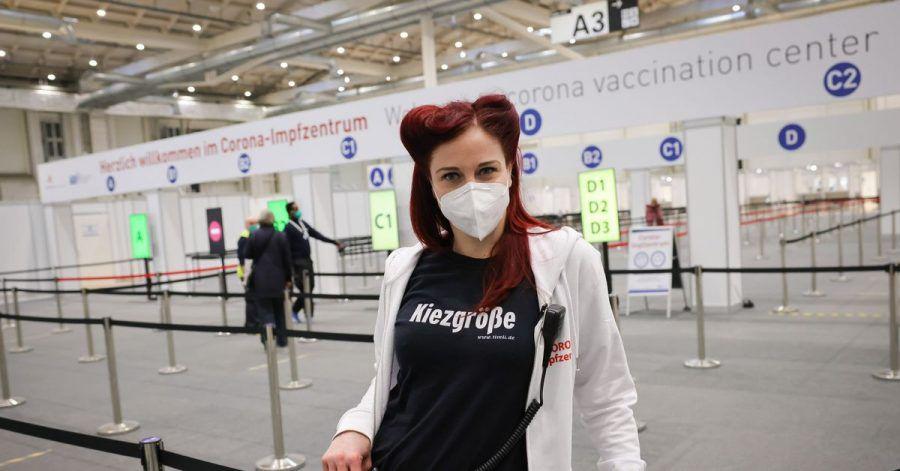 Impfhelferin Eve Champagne im Zentralen Impfzentrum in Hamburg.