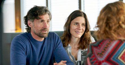 Sebastian (Benjamin Sadler) und Caren Blumberg (Christina Hecke, M) unterhalten sich mit Birthe Kempe (Annette Frier).