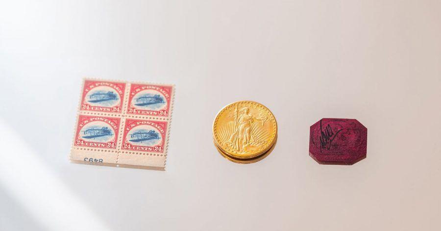 Klein, aber oho: Die vier Marken «24-Cent Inverted Jenny Plate Block» (l-r), die 20-Dollar-Goldmünze «1933 Double Eagle Coin» und die Briefmarke «British Guiana» werden versteigert.