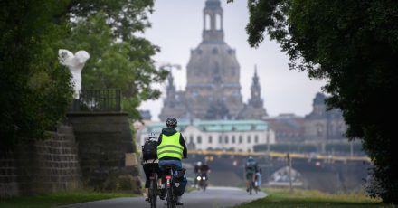 Radfahrer auf dem Elberadweg vor der Dresdner Frauenkirche - die Route war laut der ADFC-Radreiseanalyse 2020 am beliebtesten.