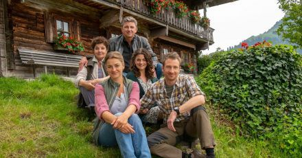Die Fernsehfamilie des «Bergdoktors» (hinten): Bei ihnen ist immer was los.