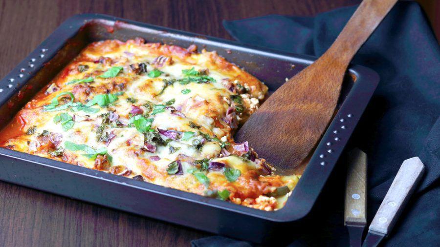 Die Zucchini-Aubergine-Lasagne entsteht komplett auf einem tiefen Blech oder in einer Auflaufform. (sob/spot)