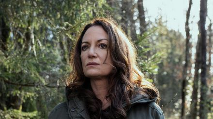 """""""Unter anderen Umständen - Für immer und ewig"""": Jana (Natalia Wörner) findet im Wald den Laptop der Ermordeten (cg/spot)"""