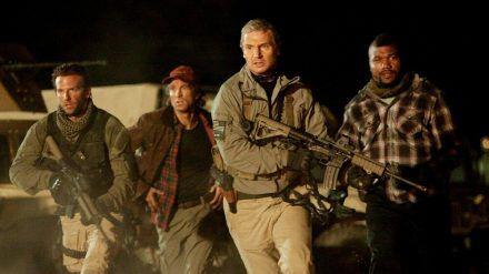 """""""Das A-Team - Der Film"""": Face (Bradley Cooper), Murdock (Sharlto Copley), Hannibal (Liam Neeson) und B.A. Baracus (Quinton Jackson) müssen untertauchen. (cg/spot)"""