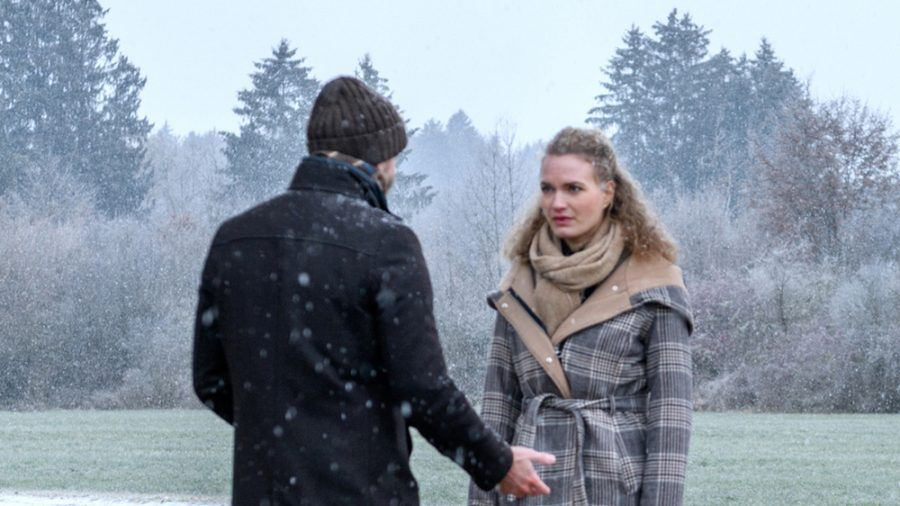 """""""Sturm der Liebe"""": Maja ist fassungslos: Der fremde Mann behauptet, ihr Vater Cornelius zu sein. (cg/spot)"""