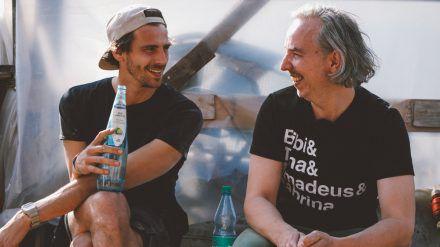 Fynn Kliemann (li.) und Olli Schulz haben den Mut bei ihrem Hausboot-Projekt nicht aufgegeben. (jom/spot)
