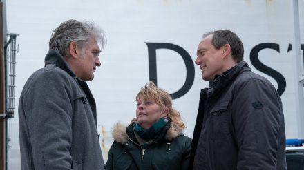 """""""Der Kommissar und das Meer: Auf dunkler See"""": Kommissar Robert Anders (Walter Sittler, li.) hofft auf seine Kollegen Ewa (Inger Nilsson) und Thomas (Andy Gätjen). (cg/spot)"""