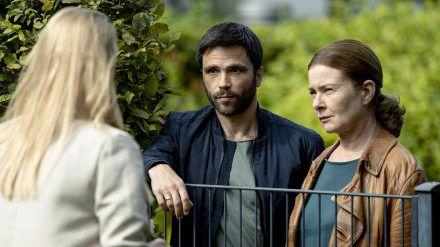 """""""Die Füchsin - Romeo muss sterben"""": Anne (Lina Wendel, r.) und Youssef (Karim Chérif) nehmen Jenny Ahrens (Sina Ebell) ins Visier (cg/spot)"""