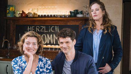 """""""Meine Mutter im siebten Himmel"""": Toni Janssen (Diana Amft, r.) hat den Blues, während ihre Mutter Heidi (Margarita Broich) vom neuen Gärtner Ron (Martin Bretschneider) begeistert ist. (cg/spot)"""