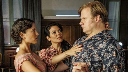 """Tanze Tango mit mir"": Maresa (Kara Wenham, m.) überprüft die Tangohaltung bei Frank (Michael A. Grimm) und Julia (Amanda da Gloria) (cg/spot)"