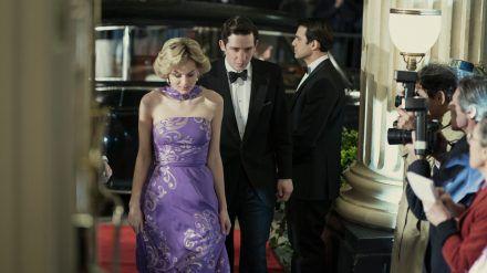 """In Staffel vier von """"The Crown"""" ist Emma Corrin (l.) zum ersten Mal als Lady Diana zu sehen. (wag/spot)"""
