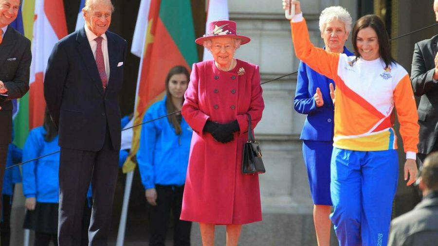 Queen Elizabeth II. in einem ähnlichen Look wie ihn ihre neue Statue in Australien trägt - hier bei dem Termin anlässlich des Commonwealth Days mit Ehemann Prinz Philip (l.). (ili/spot)