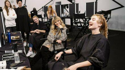 Heidi und ihre Models beim Umstyling: Ist es ein erleichtertes oder ein verzweifeltes Lachen? (mia/spot)