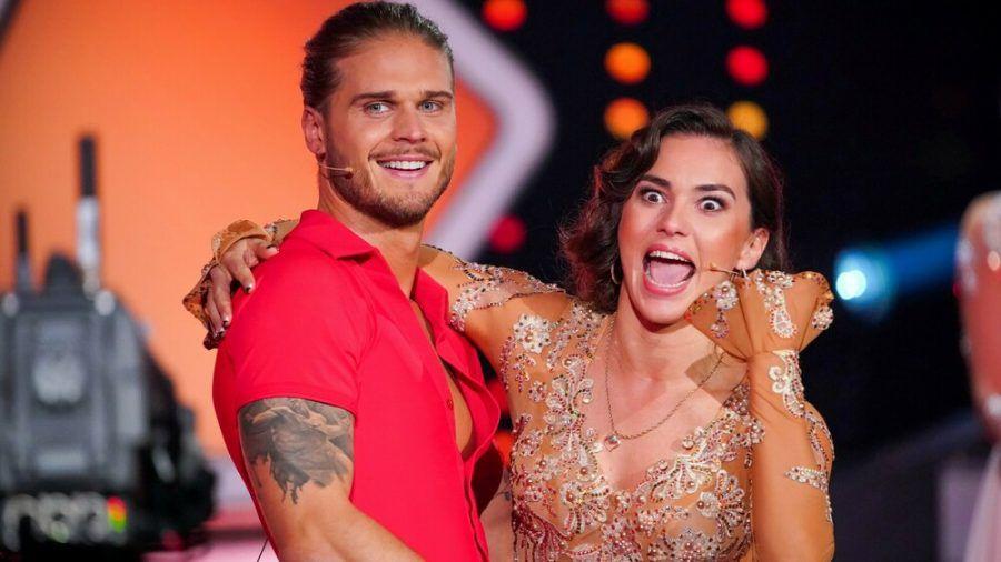 Renata Lusin freut sich sichtlich über ihren Tanzpartner Rúrik Gíslason. (jom/spot)