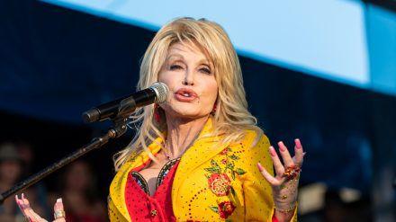 Dolly Parton unterstützte die Entwicklung des Moderna-Impfstoffes. (dr/spot)