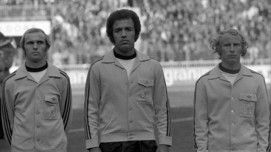 Erwin Kostedde (Mitte) debütierte 1974 als erster Schwarzer Spieler in der Nationalmannschaft (rto/spot)