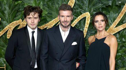 Brooklyn Beckham mit seinen Eltern David und Victoria Beckham. (wue/spot)