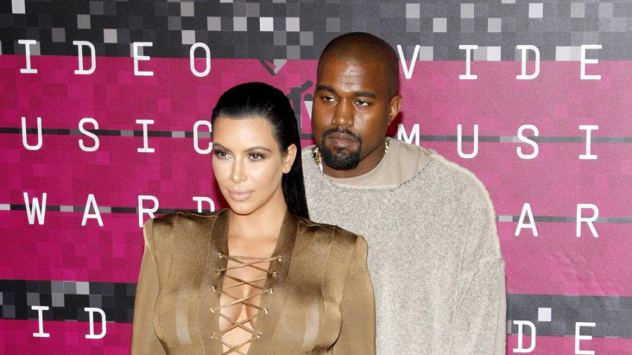 Kanye West und Kim Kardashian lassen sich derzeit scheiden. (dr/spot)