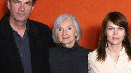 Katharina Matz (Mitte) mit ihren Kollegen Herbert Knaup und Anna Loos bei einem Pressetermin. (ili/spot)