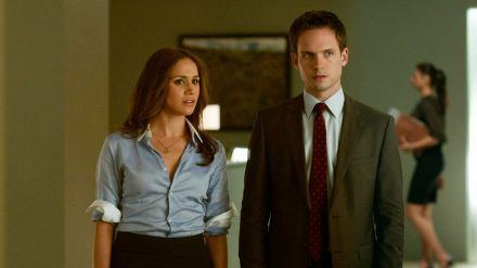 "Herzogin Meghan und Patrick J. Adams in ""Suits"" (wue/spot)"