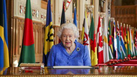 Queen Elizabeth II. erinnert am Commonwealth Day mit Brosche an ihren kranken Mann Prinz Philip. (ili/spot)