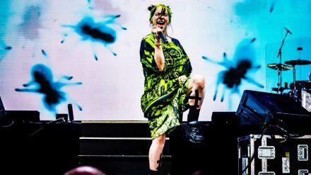 Billie Eilish auf der Bühne. (mia/spot)