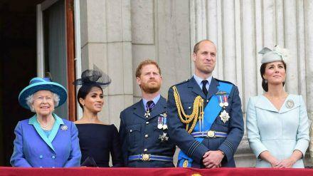 Die Queen auf dem Balkon des Buckingham Palastes mit Herzogin Meghan, Prinz Harry, Prinz William und Herzogin Kate (hub/spot)