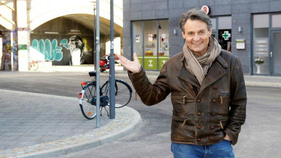 Jo Gerner (Wolfgang Bahro) wohnt direkt an der S-Bahn (hub/spot)