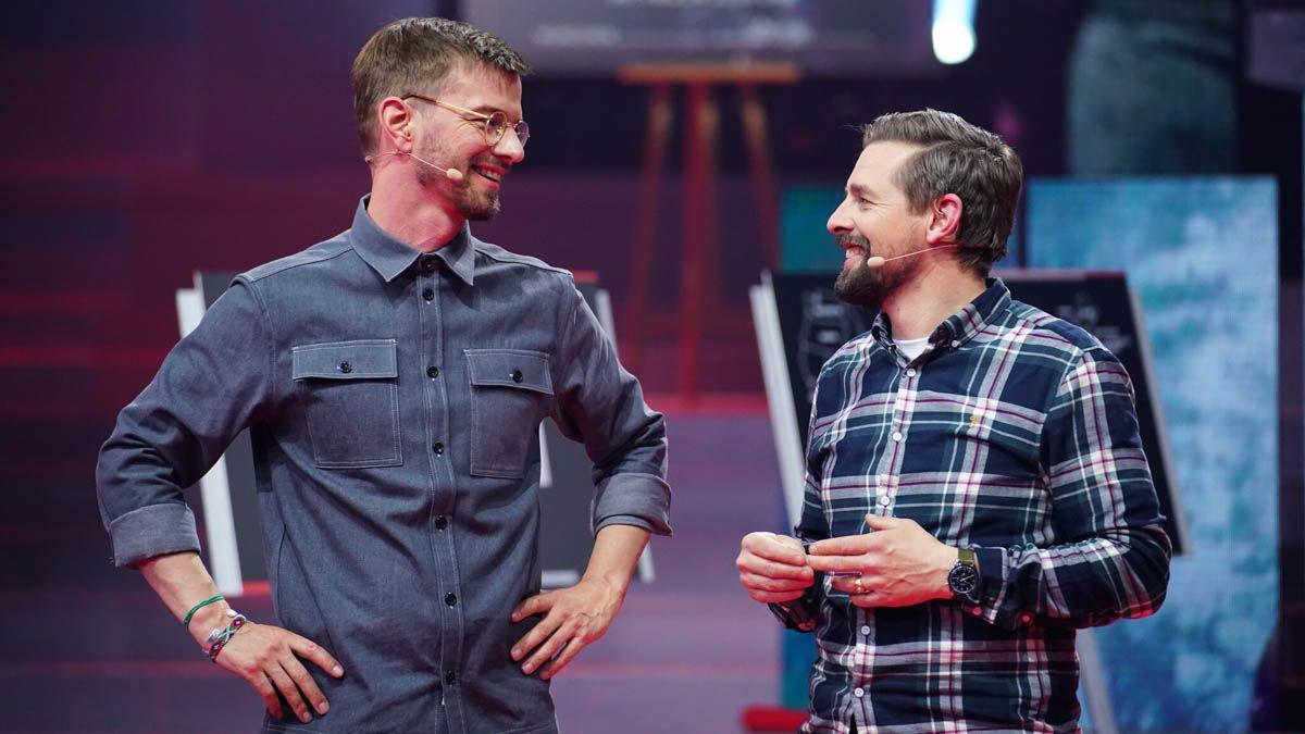 """Video """"Joko & Klaas gegen ProSieben"""": Einstürzende Kulissen und Sägewerk-Challenge"""