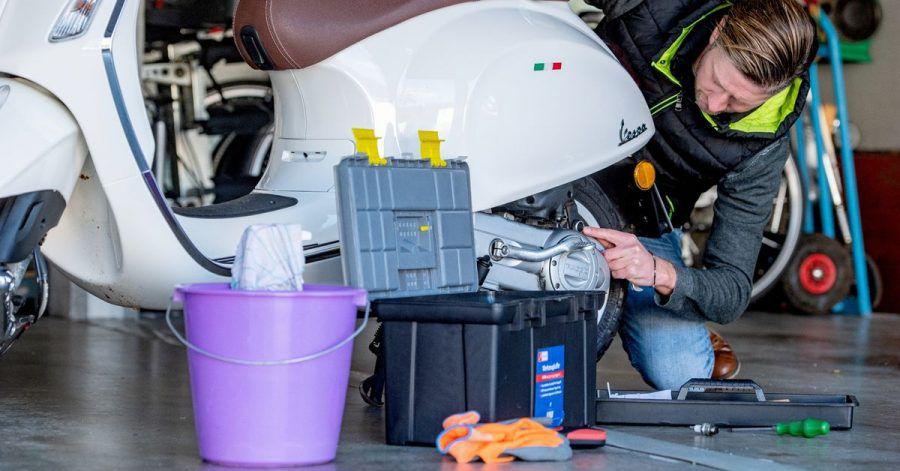 Sauber schrauben: Nicht nur das Zweirad sollte nach der Arbeit sauber sein, sondern auch der Untergrund. Ölfleck-Entferner können helfen, Flecken vom Boden zu entfernen.