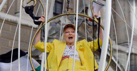 Die britische Modedesignerin Dame Vivienne Westwood bleibt auch im Alter rebellisch: Hier protestiert sie  gegen die Auslieferung von Wikileaks-Gründer Assange an die USA (2020).