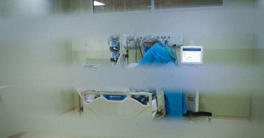 Eine medizinische Mitarbeiterin behandelt einen Patienten im Krankenhaus.