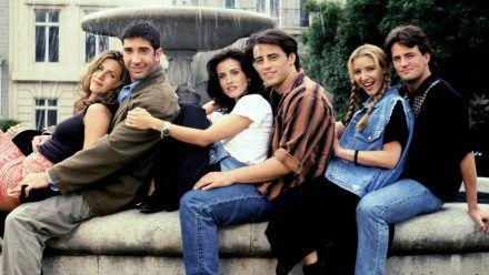 """Die """"Friends""""-Darsteller (v.l.): Jennifer Aniston, David Schwimmer, Courteney Cox, Matt Leblanc, Lisa Kudrow und Matthew Perry vor dem Springbrunnen aus dem Vorspann der Sitcom. (wag/spot)"""