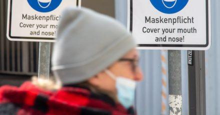Kein Ende der Maskenpflicht inSicht: Die Inzidenz steigt zu Wochenbeginn erneut - sie liegt inzwischen bei 165,3.