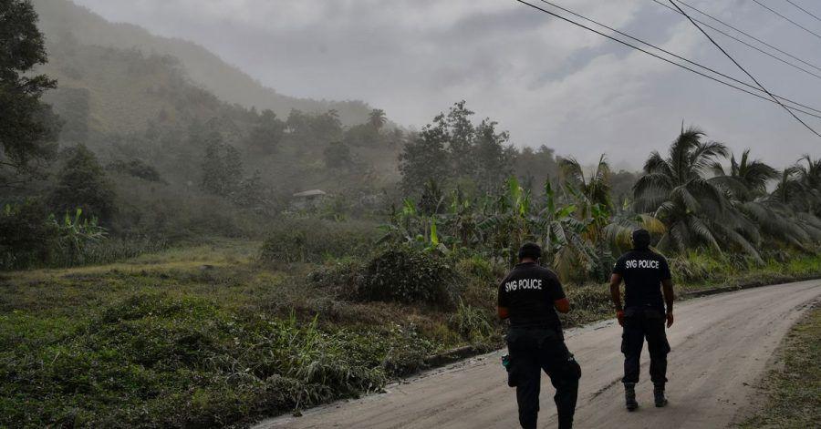 Polizisten patrouillieren auf einer aschebedeckten Straße auf der Karibikinsel St. Vincent, um Menschen davon abzuhalten, sich dem aktiven Vulkan  La Soufrière zu nähern.