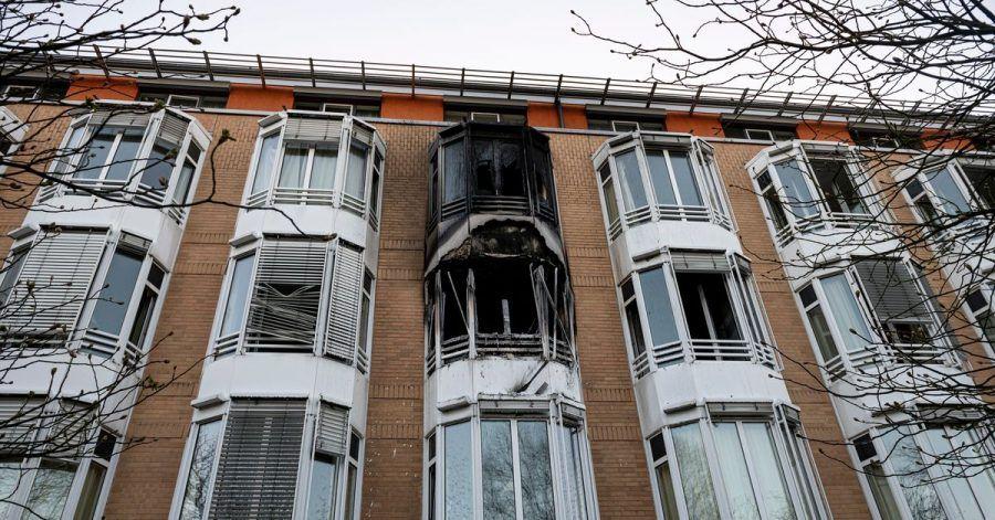 Schwarzer Ruß ist nach einem Zimmerbrand an der Hausfassade zu sehen. Ein Zimmer des Helios Klinikum Emil von Behring in Berlin-Zehlendorf ist über Nacht komplett ausgebrannt.