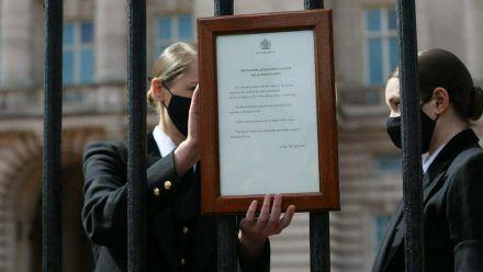 Bedienstete der Royals beim Anbringen der Bekanntmachung. (wue/spot)